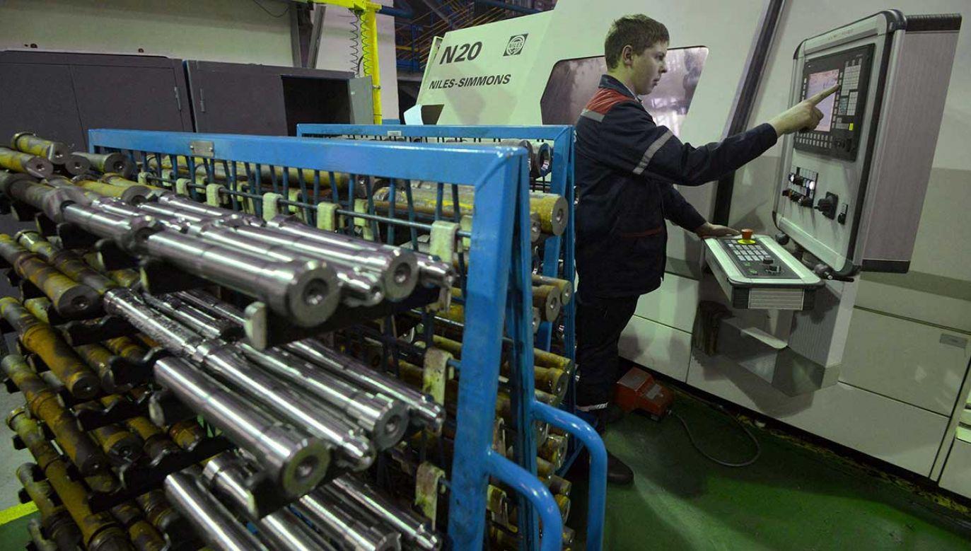 W zakładzie maszyn w białoruskim Mohylewie dziennie można od teraz przepracować zaledwie jedną godzinę (fot. arch. PAP/ITAR-TASS/Viktor Drachev)