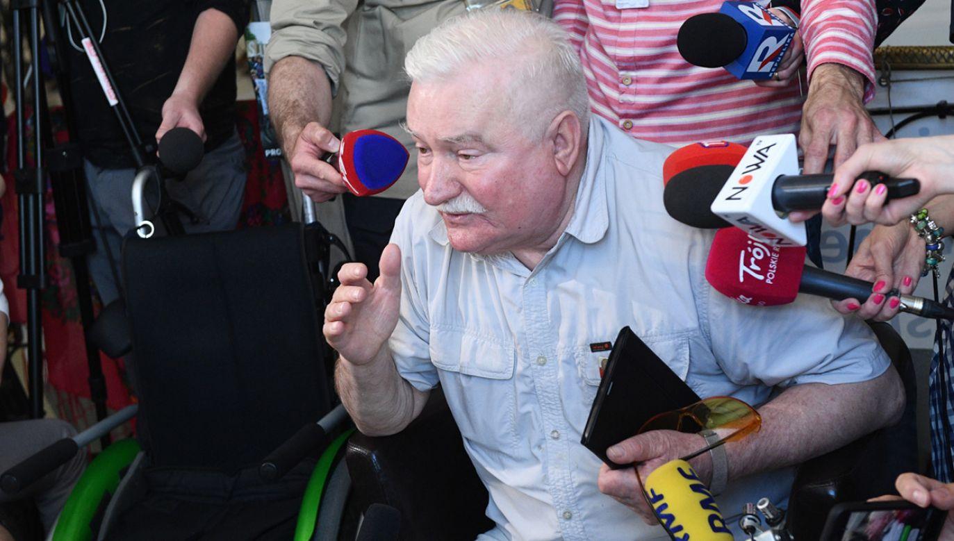 Były prezydent Lech Wałęsa rozmawia z rodzicami osób niepełnosprawnych 34. dnia protestu w Sejmie (fot. PAP/Jacek Turczyk)