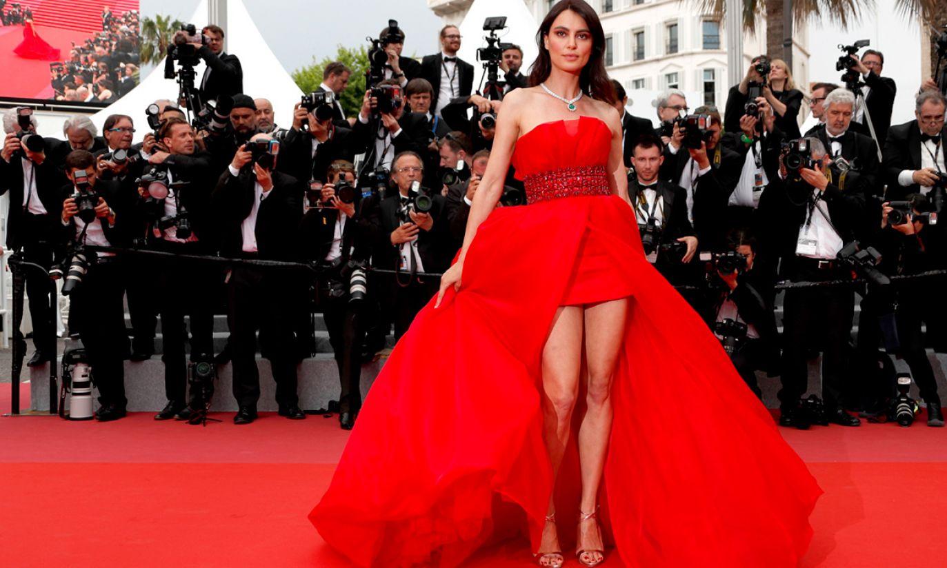 Aktorka Catrinel Menghia na czerwonym dywanie Festiwalu Filmowego w Cannes (fot. PAP/EPA/IAN LANGSDON)