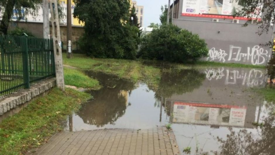 Zalane przejście przez jedną z osiedlowych uliczek na Bartodziejach (fot. Aleksandra Droż)