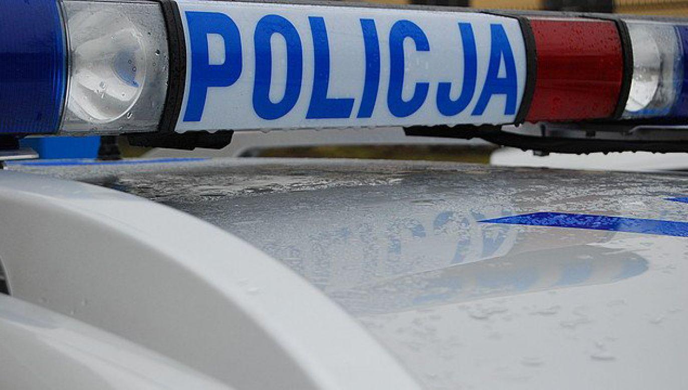 Funkcjonariusze znaleźli na schodach 32-letnią kobietę, która miała liczne rany kłute (fot. twitter.com/@Rz_Policja)
