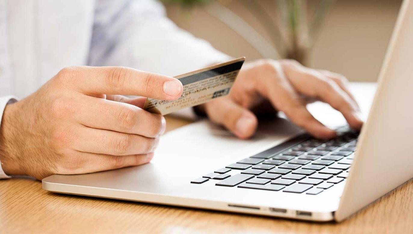 W czterech bankach w Polsce odnotowano w poniedziałek problemy techniczne (fot. Shutterstock/Billion Photos)