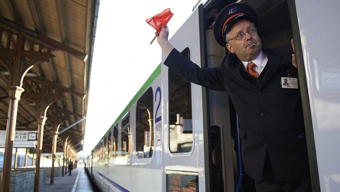 Pasażerowie podróżujący w okresie świątecznym mogą liczyć na pomoc informatorów mobilnych, którzy będą dyżurowali na dziesięciu największych dworcach kolejowych w kraju (fot. arch. PAP/Adam Warżawa)