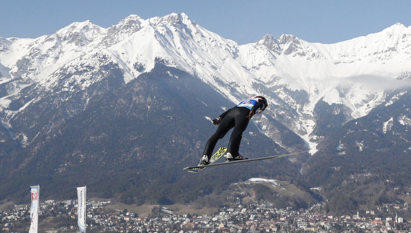 Kamil Stoch podczas serii próbnej przed dzisiejszym konkursem indywidualnym na dużej skoczni (fot. PAP/Grzegorz Momot)