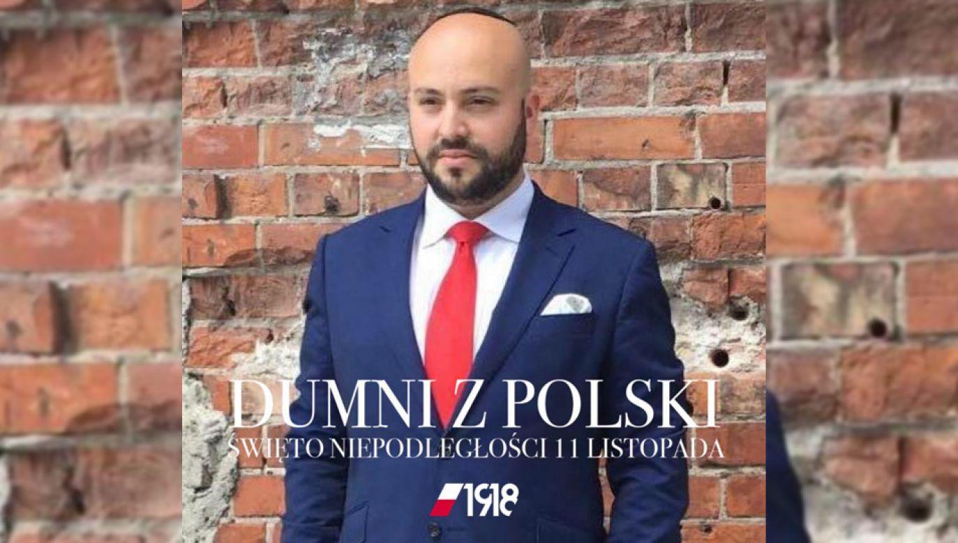 """Wśród swoich zdjęć profilowych Jonny Daniels umieścił także takie, na którym widnieje napis: """"Dumni z Polski. Święto niepodległości 11 listopada. 1918""""  (fot. facebook.com/jonny.daniels)"""