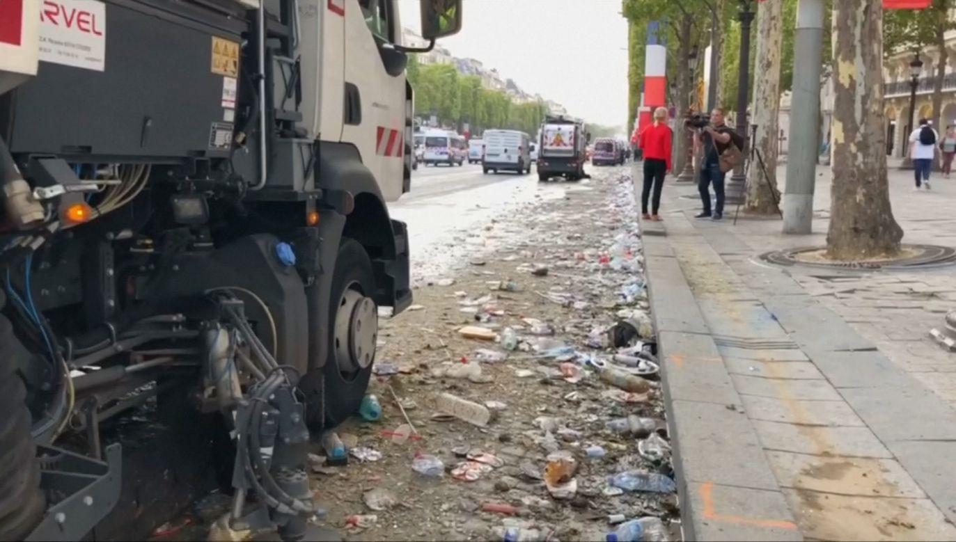 Paryż tonie w śmieciach po nocnym świętowaniu mistrzostwa (fot. Reuters)