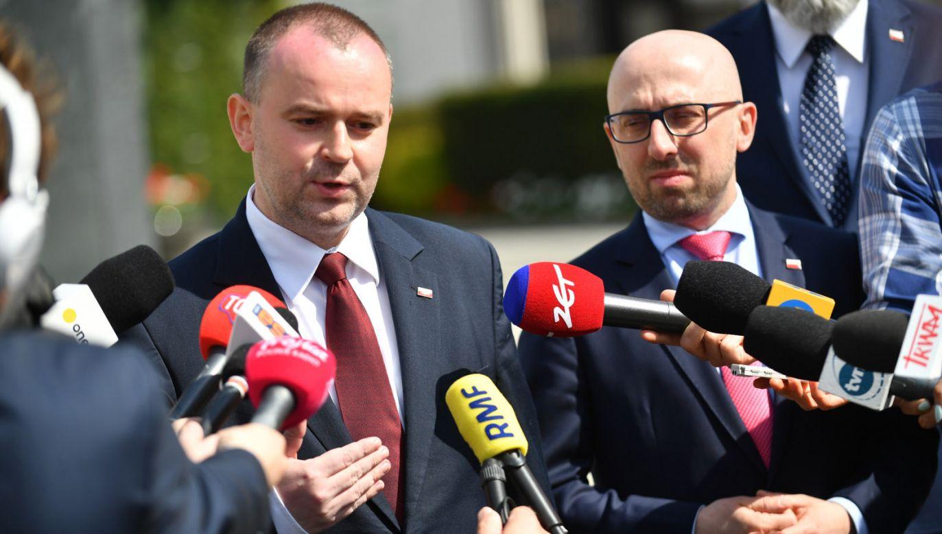 Wiceszef kancelarii prezydenta Paweł Mucha i rzecznik prezydenta Krzysztof Łapiński (fot. PAP/Bartłomiej Zborowski))