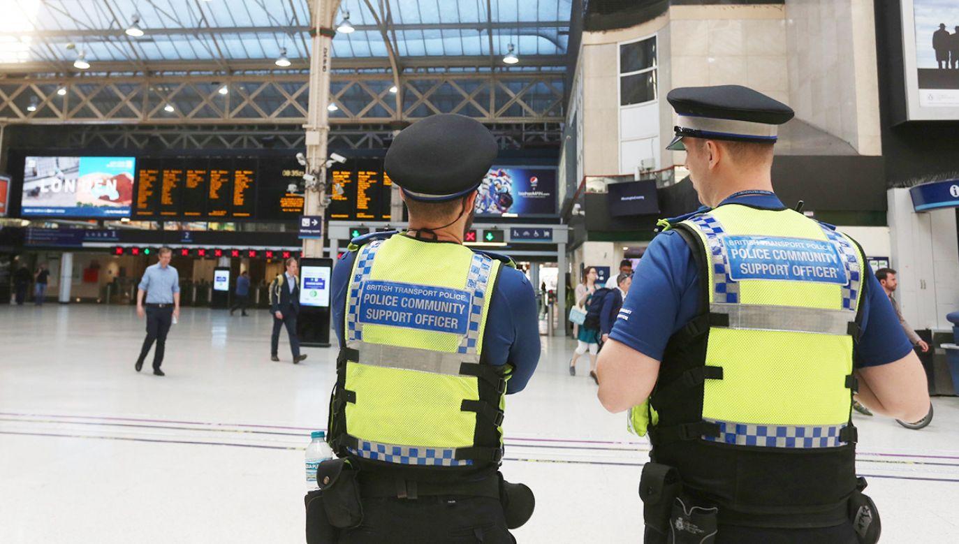 Pasażerów wyprowadzono po tym, jak na tory miał wejść mężczyzna twierdzący, że ma przy sobie bombę (fot. PAP/EPA/Isabel Infantes)