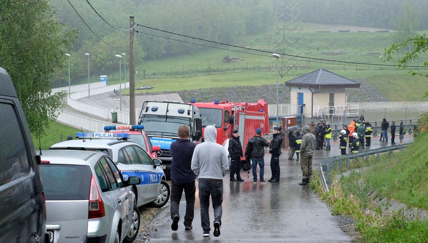 Strażacy przepompowują wodę w zbiorniku w Wilkowicach (fot. Andrzej Grygiel)