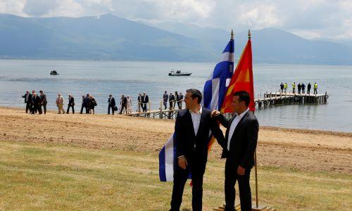 Premierzy Macedonii Zoran Zaew (po prawej i Grecji Aleksis Tsipras po podpisaniu porozumienia w sprawie rozstrzygnięcia długiego sporu o nazwę Republiki Macedonii. Wioska Otesevo w Macedonii, 17 czerwca 2018 r.  Fot. REUTERS/Ognen Teofilovski