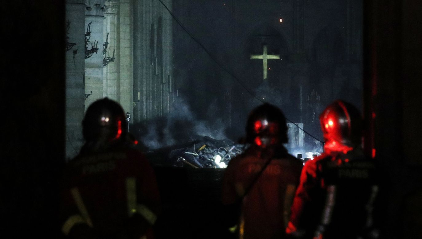 Katedra Notre-Dame stanęła w płomieniach 15 kwietnia. Strażacy ugasili ogień po kilkunastu godzinach.  Fot.Yoan Valat/PAP/EPA