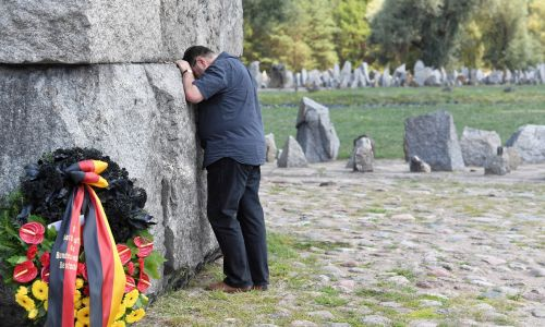 Centralnym elementem upamiętnienia dawnego obozu zagłady jest monument autorstwa Franciszka Duszeńki, złożony z nieobrobionych bloków granitowych, nawiązujących wyglądem do jerozolimskiej Ściany Płaczu. Na zdjęciu uroczystości z okazji 75-lecia wybichu powstania w obozie, 2 sierpnia 2018 r. Fot. PAP/Wojciech Pacewicz