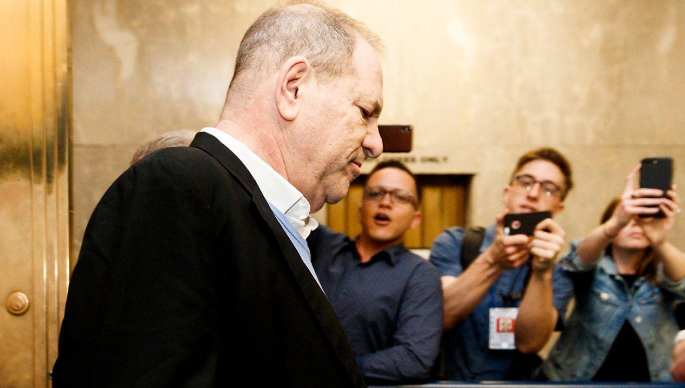 Harry Weinstein wychodzi z komisariatu w Nowym Jorku (fot. PAP/EPA/JUSTIN LANE)