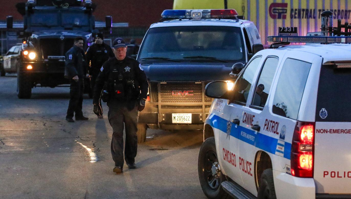 Sprawca uzbrojony w pistolet przez kilkadziesiąt minut był nieuchwytny dla funkcjonariuszy policji (fot. PAP/EPA/TANNEN MAURY