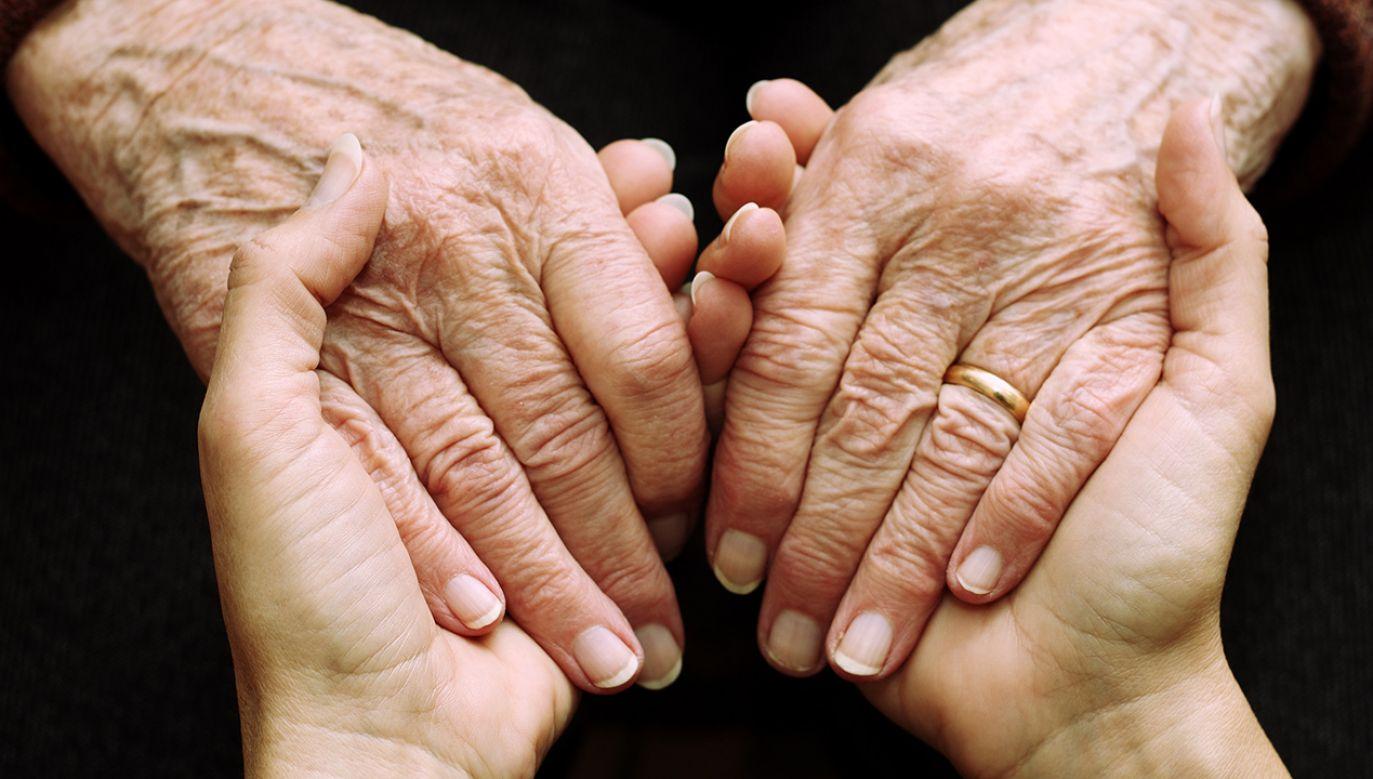 Minister rodziny zaznaczyła, że cieszą ją zwłaszcza wnioski składane przez osoby w wieku 90-99 lat  (Shutterstock/mickyso)