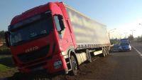 Kierowca tira omal nie zjechał ze skarpy w Dworzysku