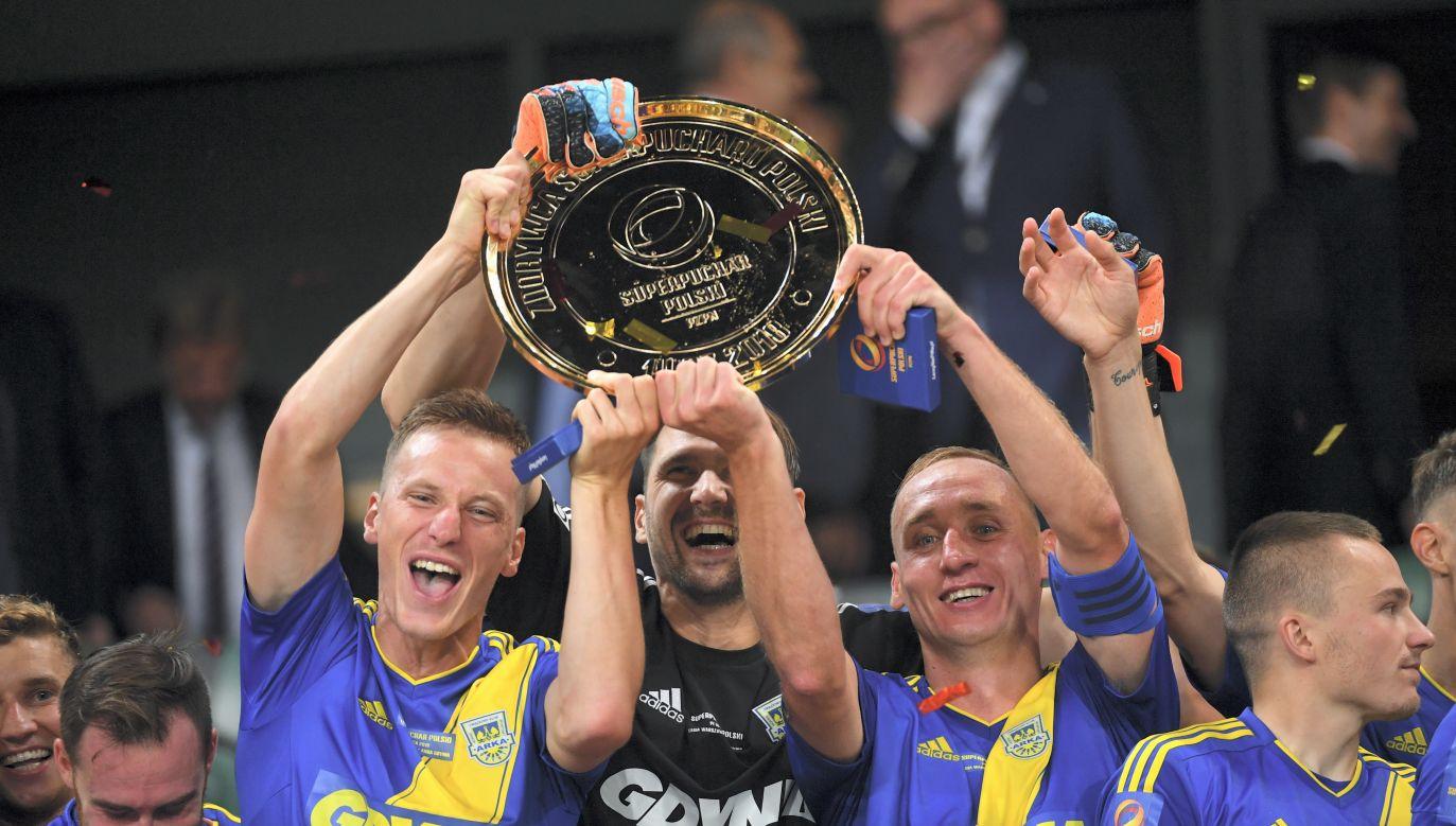 Arka Gdynia players celebrating their victory over Legia in the Polish Supercup. Photo: PAP/Bartłomiej Zborowski