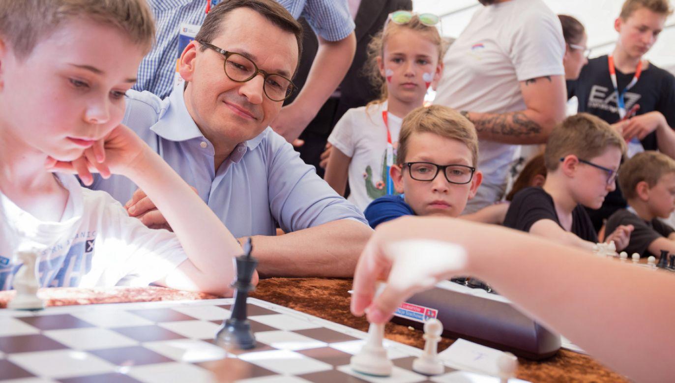 Podczas pobytu w Lubartowie premier odwiedził dzieci biorące udział w warsztatach w ramach Zjazdu (fot. PAP/Wojtek Jargiło)