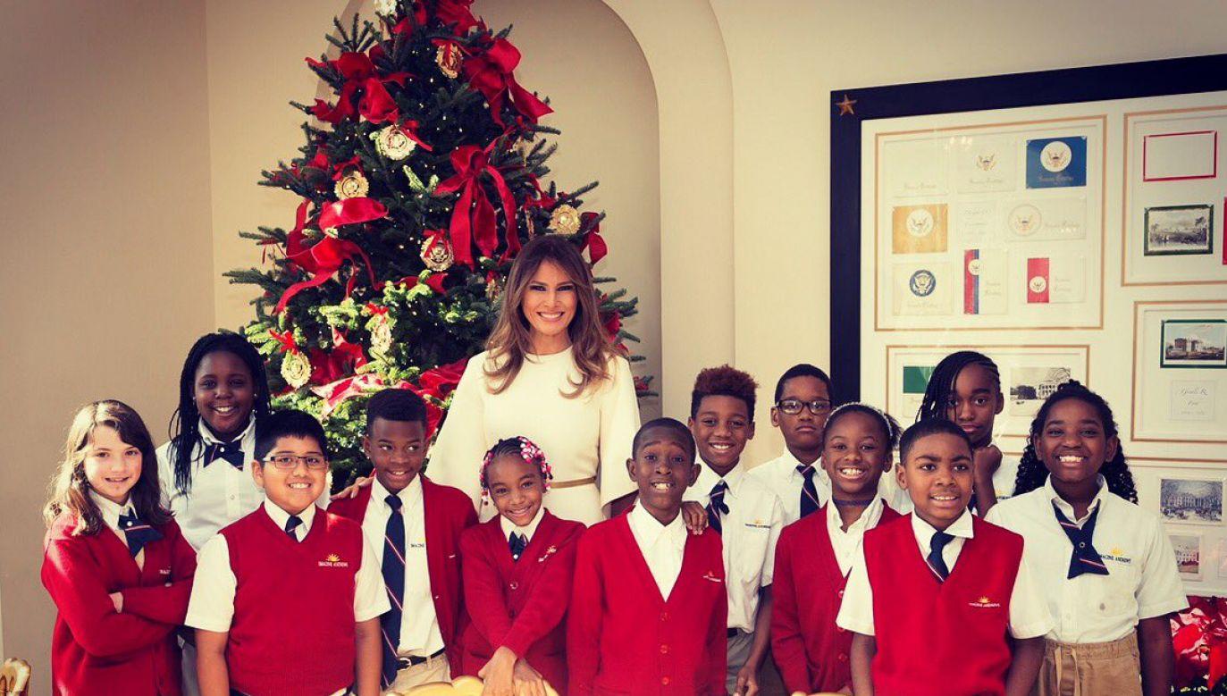 Melania Trump podczas wizyty dzieci żołnierzy stacjonujących w pobliskiej bazie wojskowej (fot. tt/ @FLOTUS)