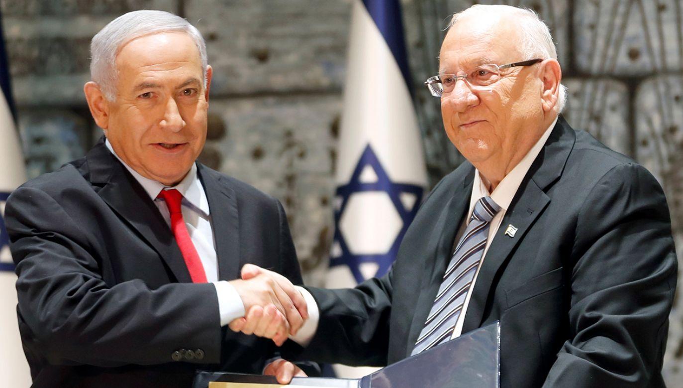 Prezydent Izraela Reuven Rivlin wręcza list nominacyjny izraelskiemu premierowi Benjaminowi Netanjahu, któremu powierzono utworzenie rządu (fot. REUTERS/Ronen Zvulun)