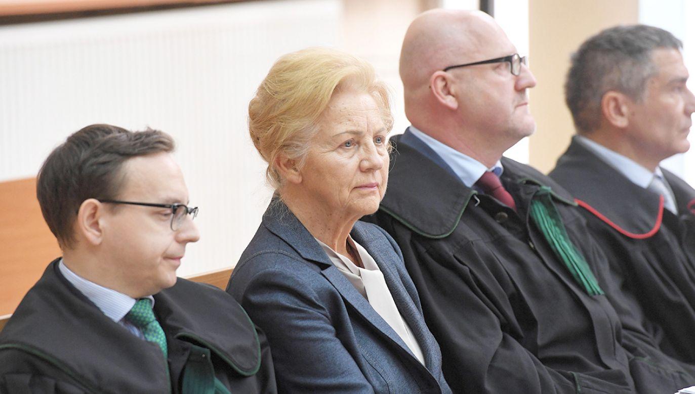 Krystyna Kornicka-Ziobro (2L) oraz mecenasi Damian Jastrząb (L) i Adam Gomoła (3L) na sali rozpraw Sądu Okręgowego w Krakowie  (fot. PAP/Jacek Bednarczyk)