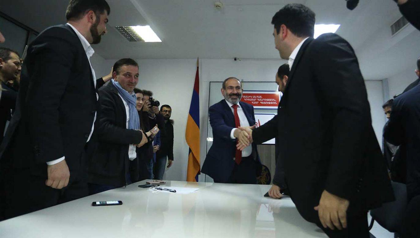Nikol Pashinyan wraz z innymi członkami sojuszu My Step świętują zwycięstwo po ogłoszeniu wyników wyborów  (fot. Hayk Baghdasaryan /Anadolu Agency/Getty Images)