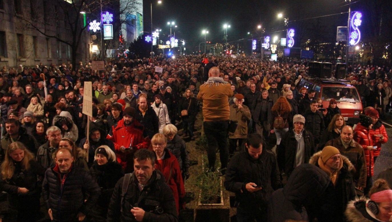 Tysiące osób wzięły udział w sobotę w Belgradzie w marszu przeciwko rządom prezydenta Serbii Aleksandara Vuczicia (fot. Milos Miskov /Anadolu Agency/Getty Images)