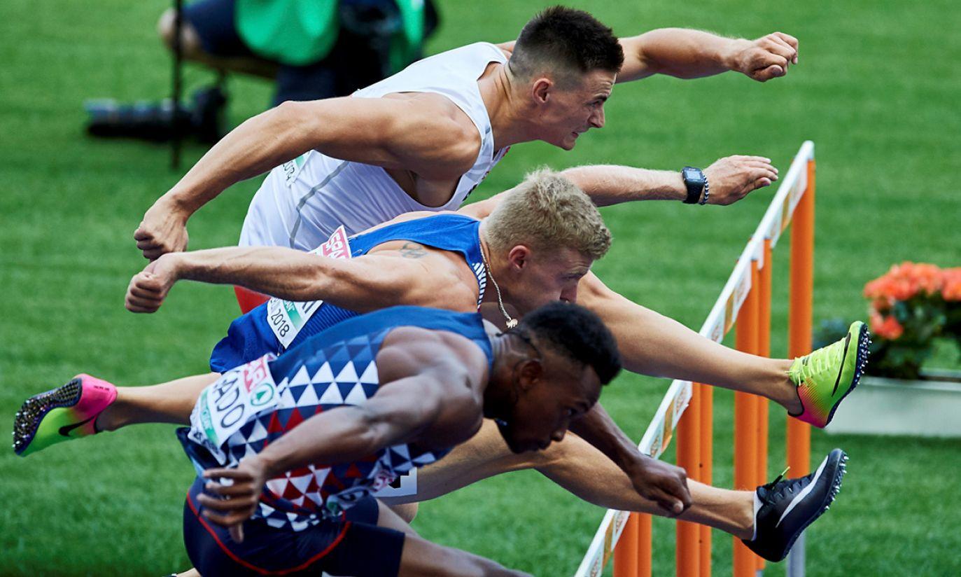 Dziesięcioboista Paweł Wiesiołek (góra) w biegu na 110 m przez płotki (fot. PAP/Adam Warżawa)