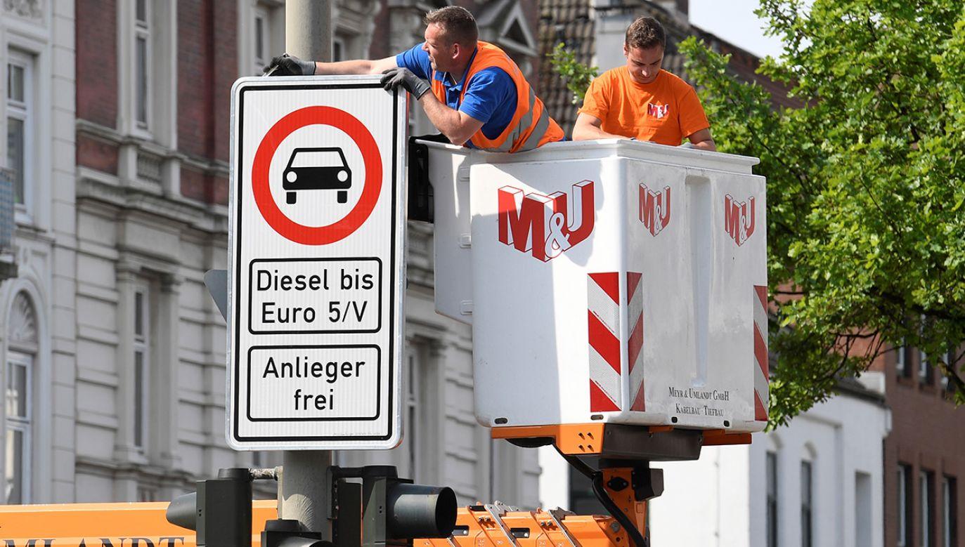 Znaki zakazu ruchu dla starszych diesli na ulicach Hamburga (fot. REUTERS/Fabian Bimmer)