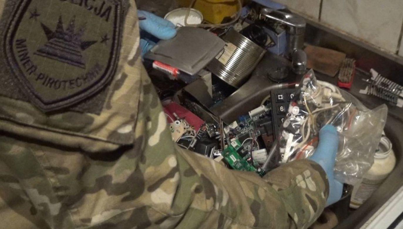 W mieszkaniu znaleziono środki mogące służyć do konstrukcji materiałów wybuchowych (fot. Policja Śląska)