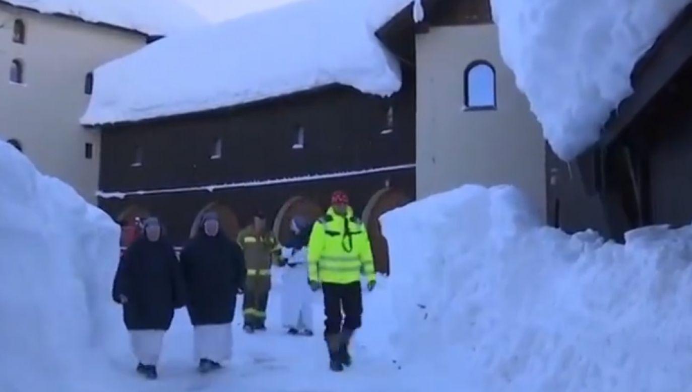 Służby ratownicze dotarły do 30 zakonnic odcietych od świata (fot. źródlo/Twitter/euronews.com)
