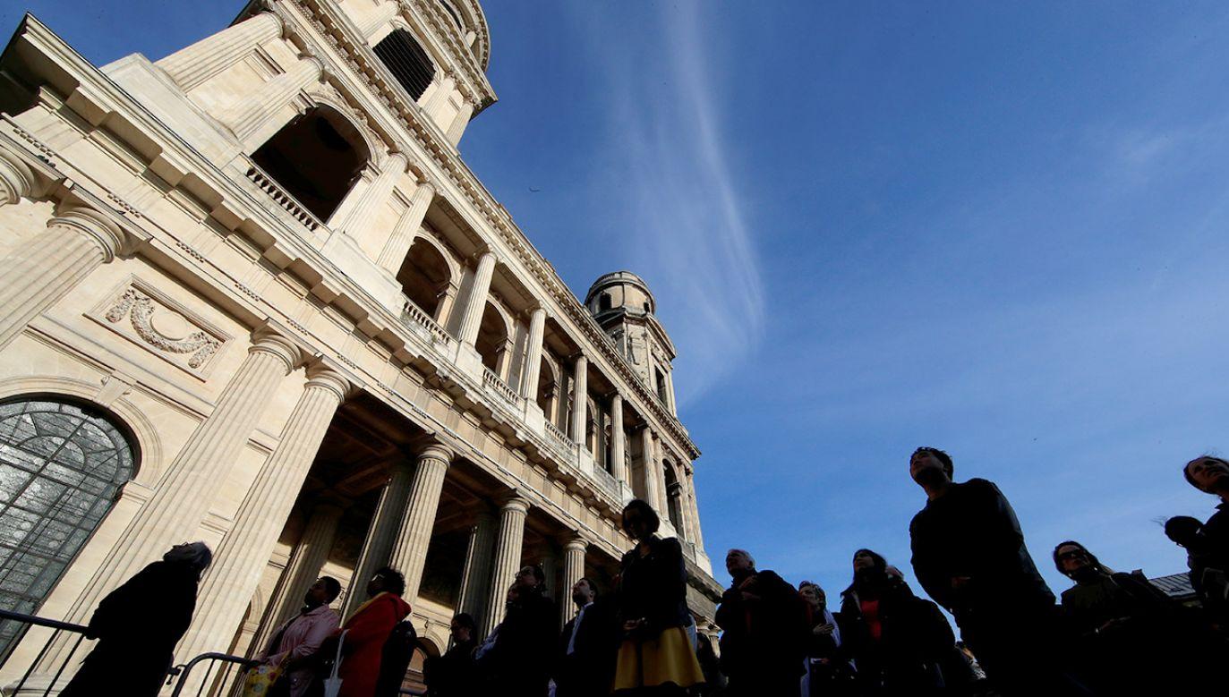 Drugi co do wielkości paryski kościół św. Sulpicjusza zapłonął w marcu br. Podejrzewa się, że padł ofiarą podpalaczy (fot. REUTERS/Gonzalo Fuentes)
