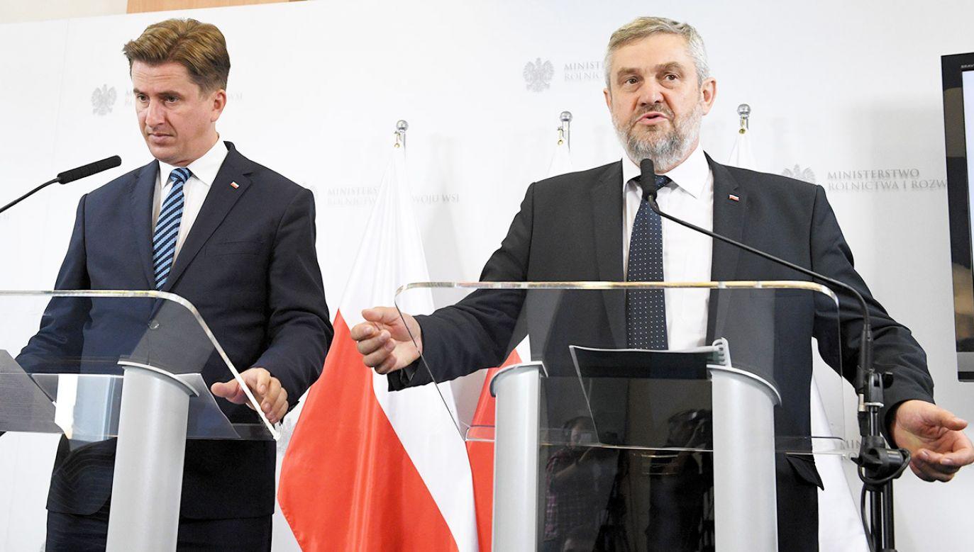 Minister rolnictwa i rozwoju wsi Jan Krzysztof Ardanowski (P) i podsekretarz stanu w MRiRW Rafał Romanowski (L) podczas konferencji prasowej  (fot. PAP/Radek Pietruszka)
