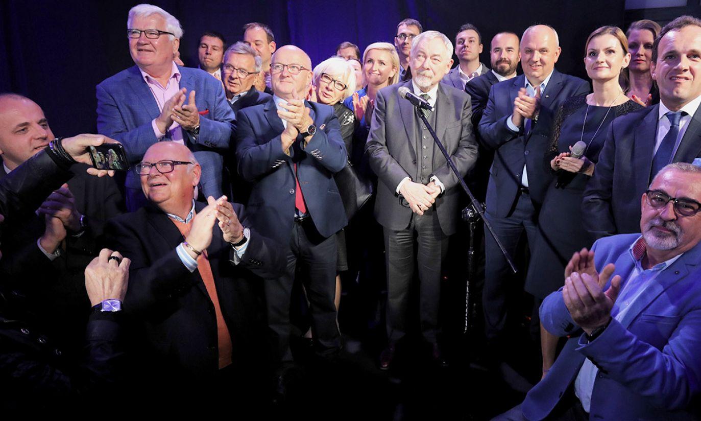 Prezydent Krakowa, kandydat komitetu Koalicja Obywatelska Jacek Majchrowski (C) podczas wieczoru wyborczego KKW Koalicja Obywatelska (fot. PAP/Jan Graczyński)