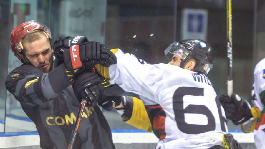 Hokeista GKS Tychy Jakub Witecki (P) i Adrian Gajor (L) z Comarch Cracovii podczas meczu o Superpuchar (fot. PAP/Andrzej Grygiel)
