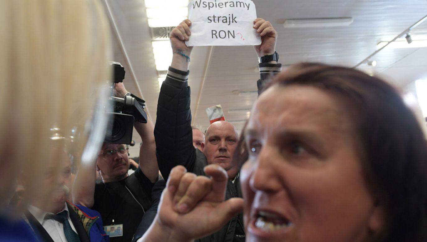 W historycznej sali BHP w Stoczni Gdańskiej doszło do przepychanek między krytykami i zwolennikami premiera (fot. PAP/Adam Warżawa)