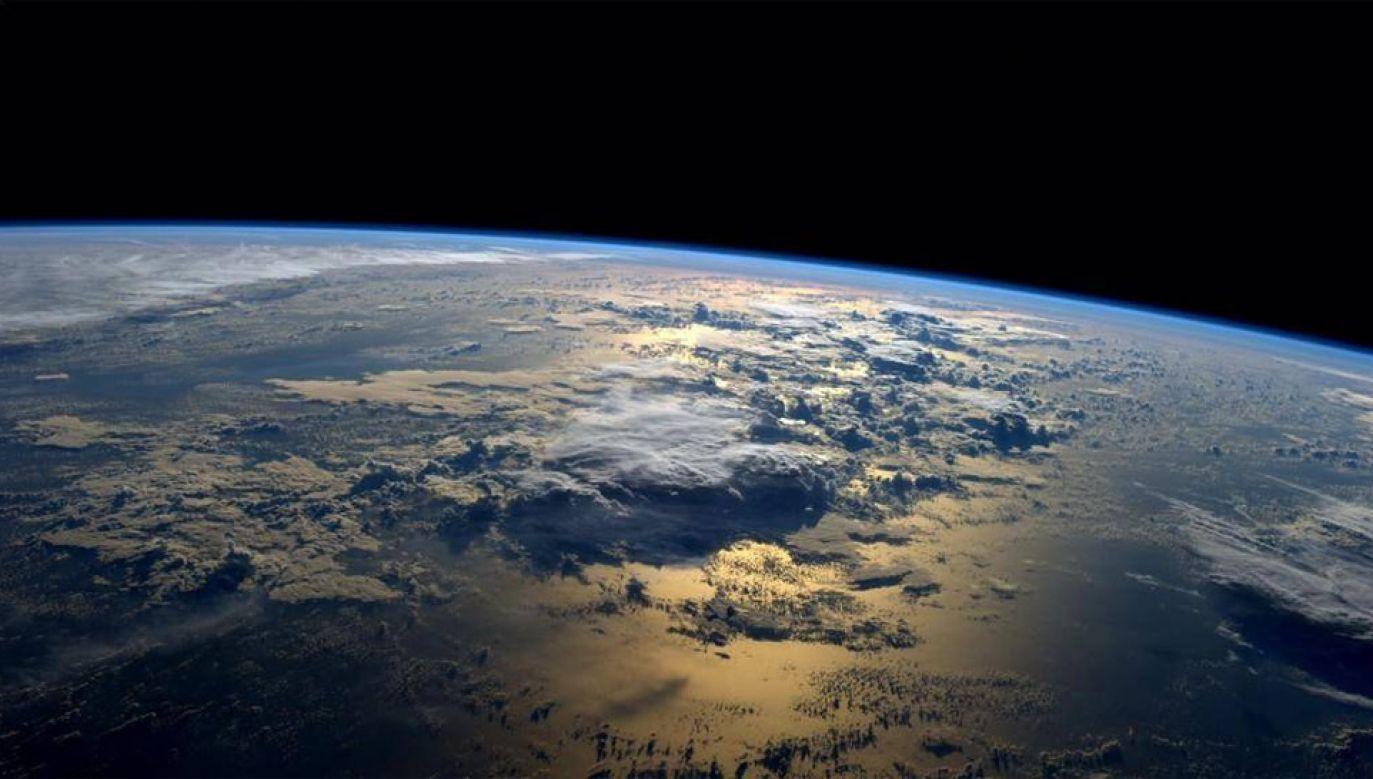 Windę ma napędzać siła odśrodkowa pochodząca z ruchu Ziemi (fot. NASA)