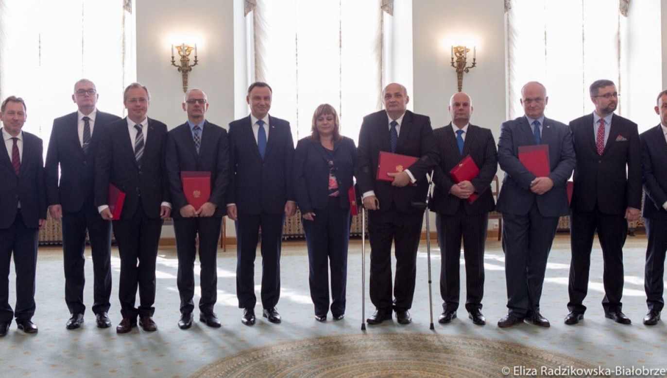Andrzej Duda (5L) and ten new judges of the Supreme Court appointed by him on Thursday. Photo: twitter.com/prezydentpl/Eliza Radzikowska-Białobrzewska