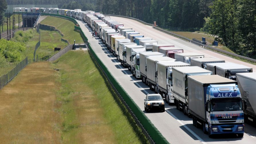 Na autostradzie A2 w rejonie Świecka utworzył się korek na pasach w kierunku Niemiec (fot. PAP/Lech Muszyński)