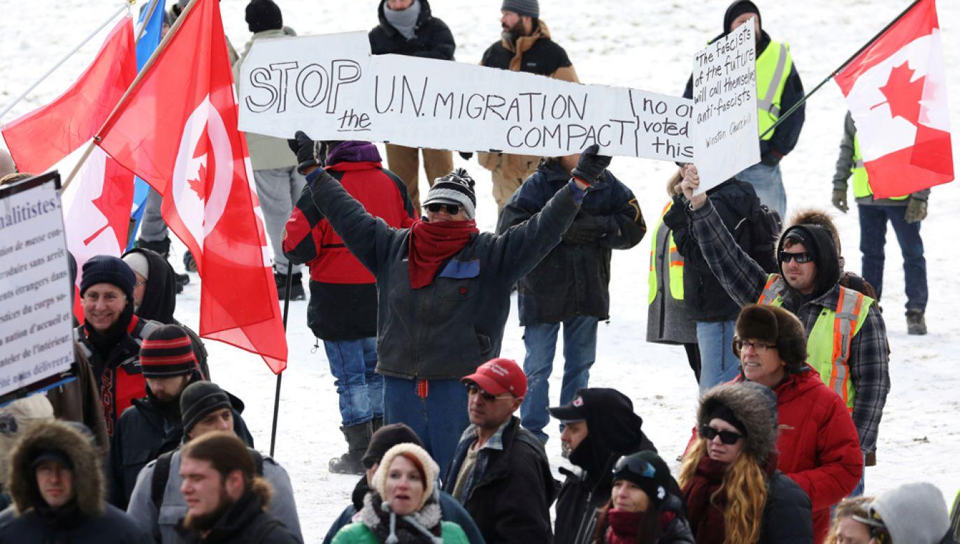 W trakcie manifestacji przed kanadyjskim parlamentem doszło do przepychanki pomiędzy protestującymi a kontrmanifestantami (fot. REUTERS/Chris Wattie)