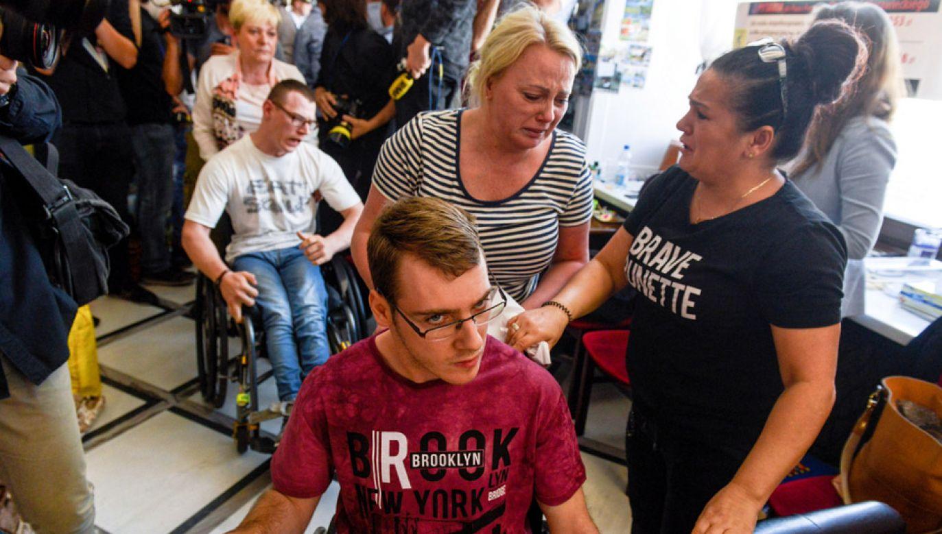 Kolejny dzień protestu osób niepełnosprawnych i ich opiekunów w Sejmie (fot. PAP/Jakub Kamiński)