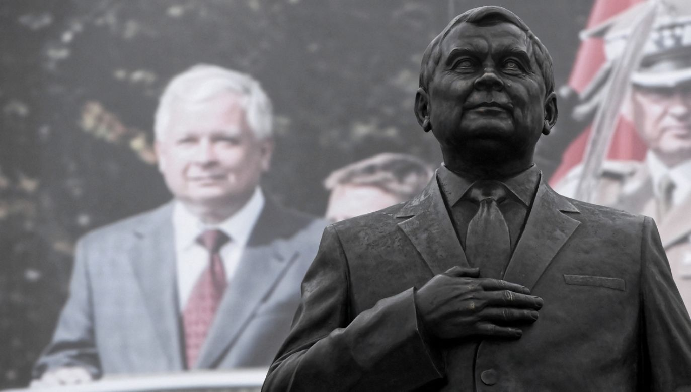 Pomnik Lecha Kaczyńskiego przy pl. Piłsudskiego w Warszawie (fot. PAP/Radek Pietruszka)