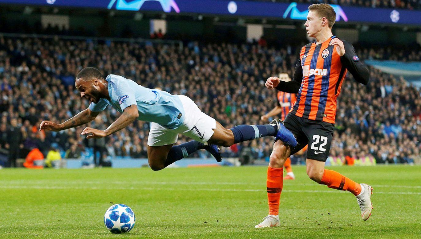 """Piłkarz """"The Citizens"""" chciał podciąć piłkę nad bramkarzem, jednak zamiast w futbolówkę kopnął w murawę, po czym padł na ziemię (fot. REUTERS/Andrew Yates)"""