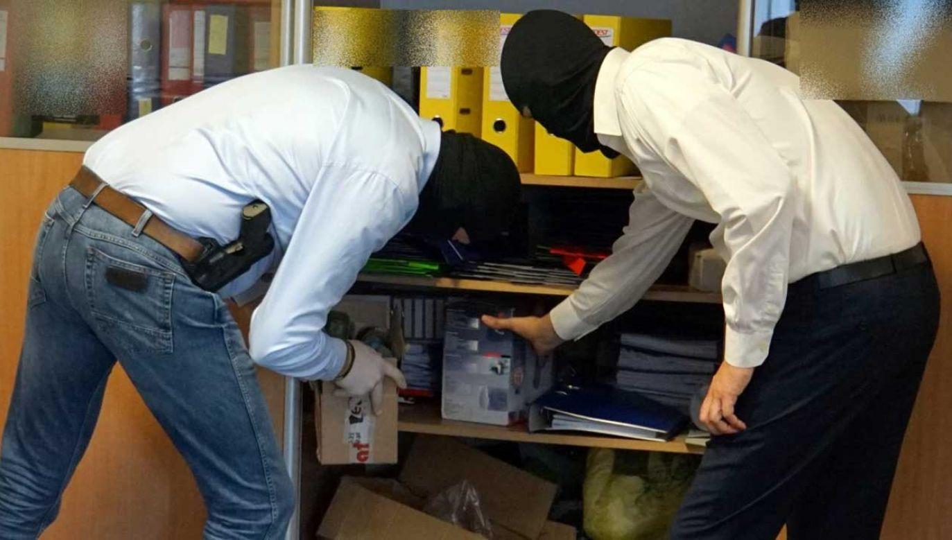 Agenci CBA w nocy zakończyli akcję w biurach KNF (fot. cba.gov.pl)