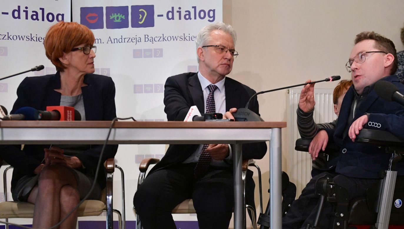 Minister pracy, rodziny i polityki społecznej Elżbieta Rafalska i sekretarz stanu w MRPiPS Krzysztof Michałkiewicz podczas konferencji prasowej   (fot. PAP/Marcin Obara)