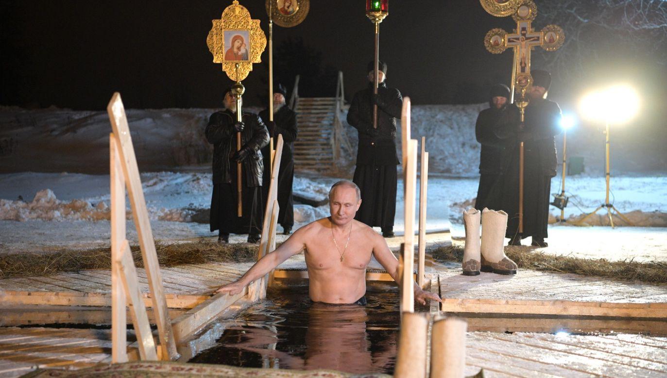 Święto Objawienia Pańskiego (Trzech Króli - u prawosławnych obchodzone 19 stycznia) przez wschodnich chrześcijan jest uważane także za pamiątkę chrztu Jezusa w Jordanie. Zgodnie z tradycją tego dnia woda w rzekach, stawach i jeziorach staje się wodą święconą i zmywa grzechy z tych, którzy nie mogą przystępować do komunii świętej. Na zdjęciu: prezydent Władimir Putin zanurza się w wodach jeziora Seliger w regionie twerskim, styczeń 2018 r. Fot. Getty Images