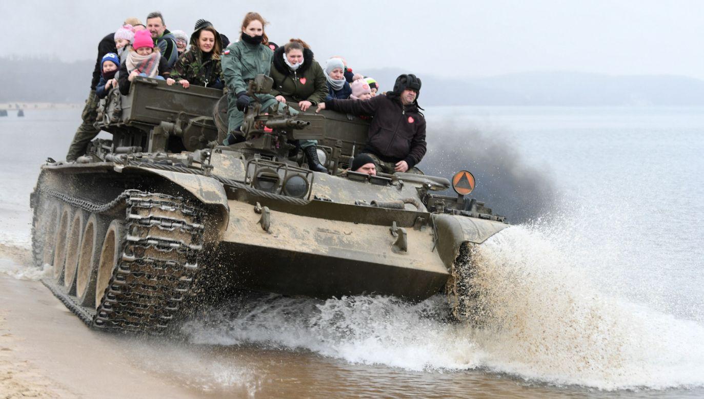 W ramach wsparcia 27. Finału WOŚP na plaży w Sopocie powstała wioska militarna. Jej największą atrakcją jest przejażdżka czołgiem (fot. PAP/Adam Warżawa)
