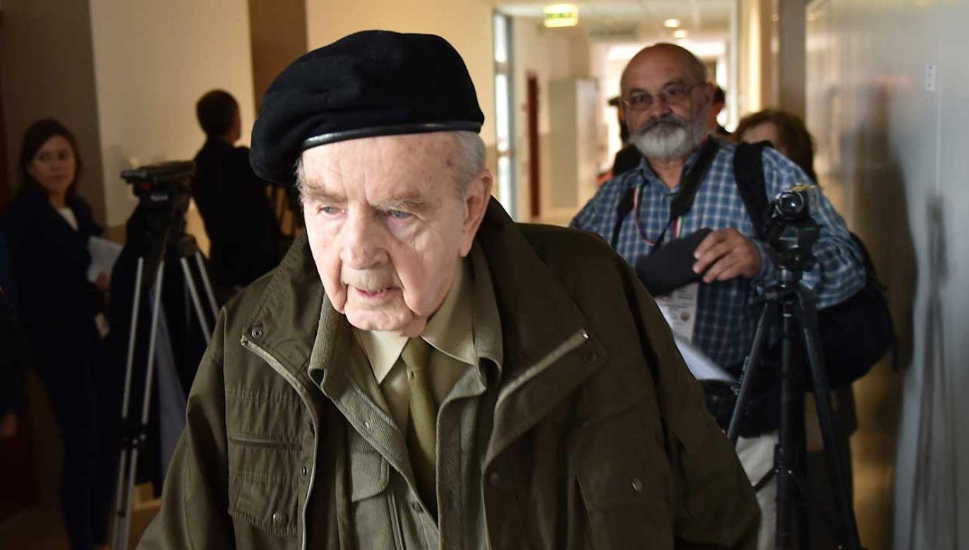Kombatant, żołnierz AK Zbigniew Radłowski przed wejściem na salę rozpraw (fot. arch. PAP/Jacek Bednarczyk)