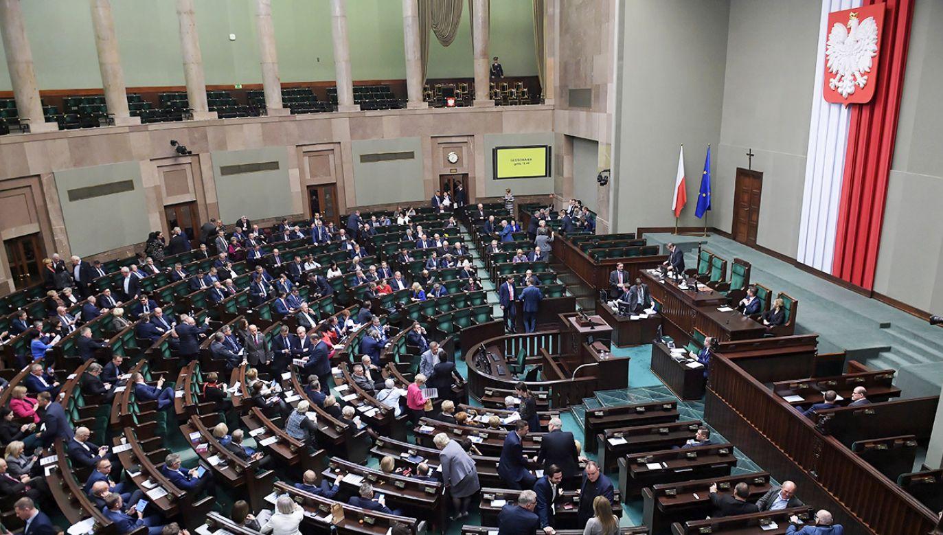 Największym odsetkiem sympatyków cieszy się nadal partia rządząca (fot. PAP/Marcin Obara)