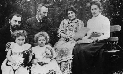 Małżeństwo Curie z przyjaciółmi Perrins w ogrodzie (fot. Hulton Archive/Getty Images)